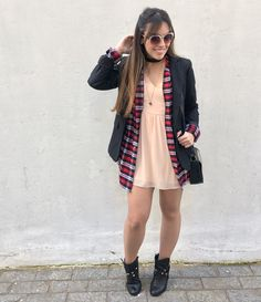 Vestido @forever21, camisa xadrez de flanela (comprada em uma barraquinha de feira em Londres), blazer da coleção Gisele Bundchen para a C&A e botas de cano curto com salto. Os óculos são @topshop, também comprados em Londres.