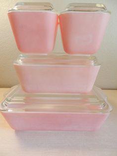 For my pink kitchen! Pink Pyrex Refrigerator Dishes by kitchenkueen Vintage Kitchenware, Vintage Dishes, Vintage Glassware, Vintage Pyrex, Color Magenta, Fuchsia, Vintage Love, Vintage Pink, Kitsch