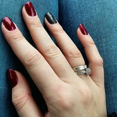 #nowy#manicure#burgundy#semilac#elegantcherry#starlight#night#hybrid#weddingring#jeans#newnails#weekend