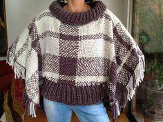 Poncho telar Loom Weaving, Tapestry Weaving, Hand Weaving, Felt Necklace, Loom Knitting Patterns, Cross Stitch Love, Tear, Crochet Poncho, Yarn Projects