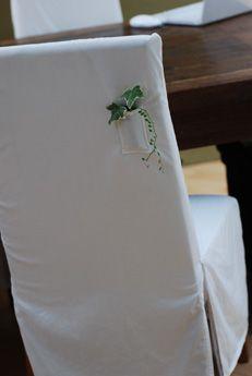 小瓶を入れる小さなポケットをつけて作ったチェアカバーに アイビーとグリーンネックレスを合わせてみました。 なかなか涼しげです。 白いチェアカバー、カ...
