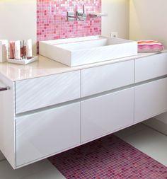 Auch der Waschtisch wurde durch einen pinkfarbenen Mosaikfliesenspiegel gekonnt in Szene gesetzt
