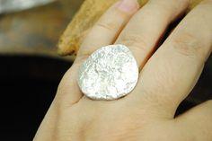 Prata esterlina (950) com textura reticulada e acabamento polido. Tamanho 20 (USA size 8)
