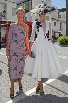 O I want the white outfit! Race Day Fashion, Races Fashion, Lovely Dresses, Elegant Dresses, Short Dresses, Formal Dresses, Wedding Dresses, Derby Outfits, Royal Clothing