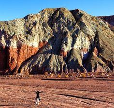 Quer ter ideia do tamanho das montanhas do Valle del Arcoiris no Atacama? Olha só o tamanho da nerd @lbroliveira na foto. Mais um passeio que fizemos com @aylluatacama e que já está no blog! #NerdsNoAtacama