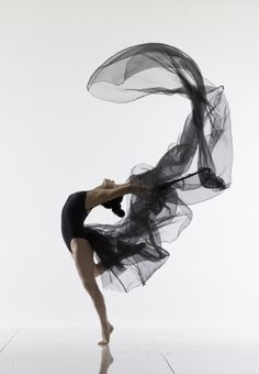 Photography by Lois Greenfield In her exuberant and explosive pictures, Lois Greenfield captures not just the lithe and acrobatic forms of dancers performing their art, but the purity and exhilaration of movement itself.