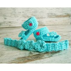 Conjunto veraniego realizado en croché con hilo de algodón turquesa marca SCHACHENMAYR, hecho a mano para la bebé por Mumma. Compuesto de dos piezas: Graciosas sandalias y su diadema compañera. Talla 0-3 mes.