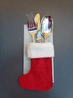 Zoek je nog naar een idee om de tafel te decoreren voor het kerstdiner? Wat vind je van zo'n kerstsokje op het bord? Ze zijn in een wip gemaakt. Hier lees je hoe.