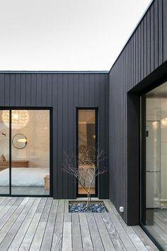 Revêtement de façade : 15 idées pour embellir sa maison House Cladding, Exterior Cladding, Facade House, House Exteriors, House Facades, Stucco Exterior, Exterior Paint, Bathroom Accent Wall, Bathroom Accents