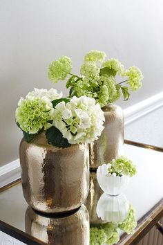 3 new ways with flower displays Green Plants, Green Flowers, Flower Vases, Flower Art, Flower Decorations, Table Decorations, Arte Floral, Ikebana, Floral Arrangements