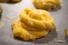Nattjästa saffran-socker bullar med krämig vaniljfyllning - Victorias provkök Onion Rings, Delish, Ethnic Recipes, Onion Strings