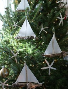 Christmas tree with driftwood boat ornaments. View 16 unique diy driftwood boats here: http://www.completely-coastal.com/2010/10/wood-craft-ideas.html