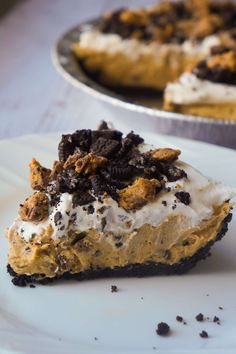 No Bake Oreo Peanut Butter Cup Cheesecake is a quick and easy dessert recipe perfect for any occasion. An Oreo cookie pie crust is filled with a delicious peanut butter and cream cheese mixture loaded with pieces of Reese's Peanut Butter Cups and Oreo coo Peanut Butter Cup Cheesecake, Chocolate Peanut Butter Cups, Peanut Butter Desserts, Oreo Dessert Recipes, Köstliche Desserts, Delicious Desserts, Yummy Food, Cheesecake Recipes, Chips Ahoy