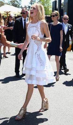 Poppy Delevingne in het wit bij de paardenrace Victoria Derby Day in Australië.