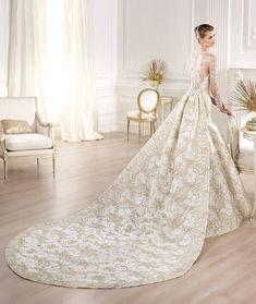 金糸の刺繍+ロングトレーンでゴージャス感たっぷり♡ エレガントな花嫁衣装・カラードレスの参考一覧。