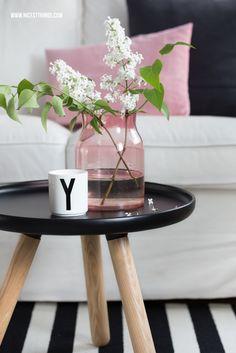 Nicest Things: Frühlings-Wohnzimmerdeko in Schwarz, Weiß und Rosé