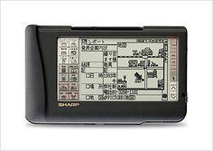 1993年 液晶ペンコム「ザウルス」   ビジネスに必要な機能を一台に凝縮した新携帯情報ツールとして、 1993年に「ザウルス」<PI-3000>を発売しました。 その後、「ザウルス」はファクシミリ/パソコン通信/インターネットアクセスなどの機能を加えながら進化し、新しい市場を創出すると共に当社の代表的商品となりました。