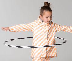 nl let's do the hula hoop rain dance 💦💦 Little Ones, Little Girls, Foxy Brown, Dancing In The Rain, Rain Dance, Kids Coats, Hula Hoop, Little Girl Fashion, Rain Wear