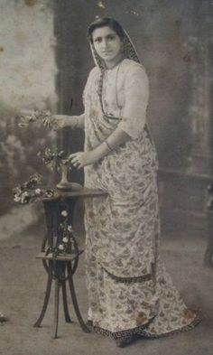 Undated+Studio+Photograph+of+an+Indian+Lady+in+Sari.jpg (420×700)