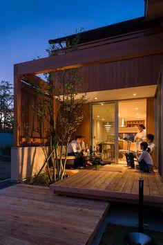 【中庭を愉しむ家】市原市ちはら台東 西側に大きな公園を望む家。 中庭ウッドデッキをリビングとダイニングで囲い、広々と使えるように。また、適度な目隠しで心地よいプライベート空間に。 アイランドキッチンとダイニングを横につなぎ、コミュニケーションが取れるキッチンを。 千葉の木と和モダンのデザインで作る藍舎のスタンダードデザイン。 #千葉#設計士と造る家#注文住宅#エーセンス建築設計#自然素材#アウトドアリビング Japanese Modern House, Japanese Home Design, Japanese Architecture, Modern Architecture, Interior Exterior, Exterior Design, Indoor Courtyard, Zen House, Decoration Design