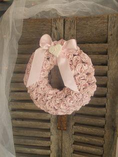 Reserv e couronne de bienvenue campagne chic en roses for Couronne shabby chic