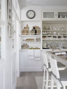 Want to see the ultimate in stylish and practical kitchens? Warning: this kitchen's look might just make you hate your own. Kitchen Seating, Kitchen Dining, Casa Decor 2016, Baking Cupboard, Cocina Office, Dining Corner, Bedroom Cupboard Designs, Ideal Home, Cool Kitchens