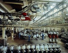 La catena di montaggio della Vespa nello stabilimento Piaggio di Pontedera nel 1965 (Studio Villani, archivi Alinari, archivio Villani, Firenze)