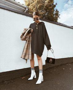 White hooded sweatshirt dress with white boots 👍🏿 Weißes Sweatshirt-Kleid mit Kapuze und weißen Stiefeln 👍🏿 Mode Outfits, Trendy Outfits, Winter Outfits, Fashion Outfits, Womens Fashion, Fashion Boots, Fashion Ideas, Woman Outfits, Classic Outfits