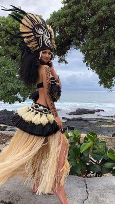 Hawaiian Woman, Hawaiian Girls, Hawaiian Dancers, Polynesian Dance, Polynesian Culture, Hula Girl Tattoos, Pretty People, Beautiful People, Tahitian Costumes