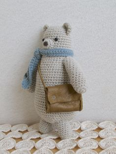 くまさん編みぐるみです。革の大きなバッグを持って、お出かけでしょうか?バッグは、飴玉くらいの大きさでしたら入れられます。※自立は出来ません。壁などに立て掛けて飾って下さいませ。※家族シリーズで、他にも家族がおります。 宜しかったら見ていって下さいね。