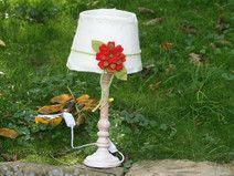 Shabby-chic Tischlampe mit großer roter Blume