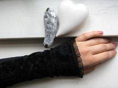 Wenn der Ärmel zu kurz oder das Bündchen zu langweilig ist, kann man mit diesen Stulpen wunderschön verlängern oder aufpeppen !Sie blitzen ein gutes Stück drunter her und sehen einfach toll aus... Sleeves Designs For Dresses, Sleeve Designs, Clothing Patterns, Sewing Patterns, Hand Socks, Abaya Fashion, Art Drawings Sketches, Kebaya, Handicraft