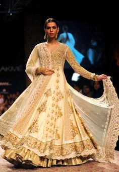 Lakme India Fashion Week 2013- A grand but classy chic outfit with the embellishments fit for a queen and jewelry to match
