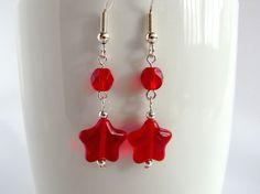 Red star earrings Red dangle earrings di MountainAshJewellery