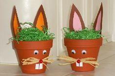 An Ostern kann man Osternester selber basteln, zum Beispiel aus Tontöpfen.