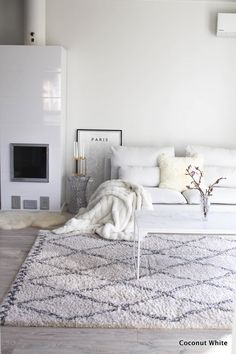 All white minimalist living room with lots of textures Living Room White, White Rooms, Living Room Interior, Home Living Room, Living Room Decor, Beige Carpet Living Room, Scandinavian Interior Design, Scandinavian Style, Living Room Inspiration