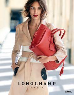 La modelo e it girl Alexa Chung protagoniza la campaña Primavera-Verano 2016 de la firma francesa Longchamp junto al nuevo bolso: el shopper Pené...