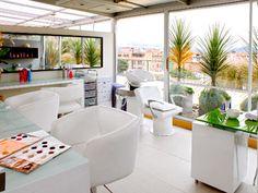 Ubicada en la terraza del club house, la sala de belleza ofrece el mejor servicio dentro de un amplio espacio destinado a la tranquilidad y encuentro con la naturaleza.