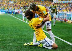 Festejo David Luiz y Neymar despues de gol vs Chile #Brasil2014