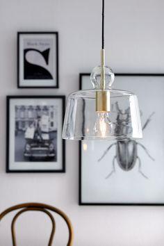 Taklampa med skärm av klarglas och lamphållare av metall. Skärmens höjd 22 cm. Ø…