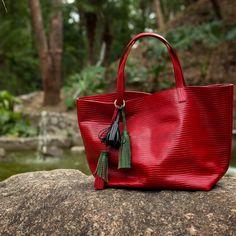Bolsa Esmeralda vermelha, couro legítimo, textura anaconda. Conheça: www.dervishbags.com.br