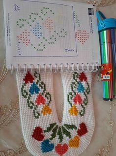 tunesian heart slippers Crochet Bobble, Tunisian Crochet Stitches, Crochet Slippers, Free Crochet, Knitting Socks, Hand Knitting, Knitting Patterns, Crochet Patterns, Crochet Designs
