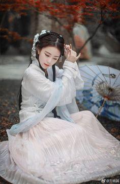 Beautiful Chinese girl in Hanfu Chinese Clothing Traditional, Traditional Fashion, Traditional Dresses, Hanfu, Cheongsam, Art Asiatique, Beautiful Chinese Girl, Ancient Beauty, China Girl