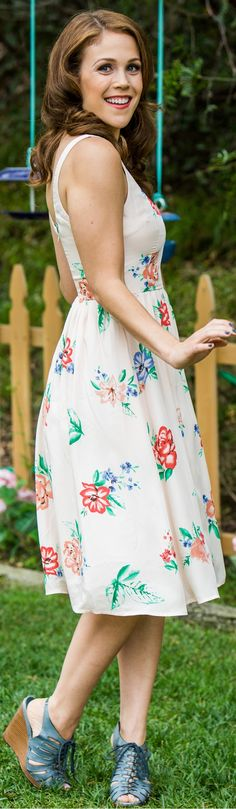 Erin Krakow Love this dress too! Jack And Elizabeth, Elizabeth Thatcher, Pretty People, Beautiful People, Erin Krakow, Female Images, Spring Dresses, Timeless Fashion, Spring Summer Fashion
