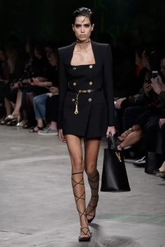 Versace Spring/Summer 2020 Ready-To-Wear Collection Fashion Week, Fashion 2020, Runway Fashion, Fashion Brands, High Fashion, Fashion Outfits, Donatella Versace, Gianni Versace, Versace Versace