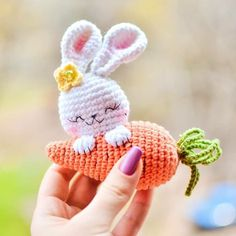 Let the crochet colorful worm amigurumi enchant you! This big worm cute and colorful will appeal to all big and little fans of amigurumi. Bunny Crochet, Easter Crochet Patterns, Cute Crochet, Crochet Crafts, Crochet Dolls, Easy Crochet, Crochet Projects, Crochet Unicorn, Crochet Teddy