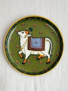 Handgemalte Wanddekorplatte aus Holz in Olivgrün - The Loom Home - Plates Pichwai Paintings, Indian Art Paintings, Mural Painting, Mural Art, Ceramic Painting, Painting On Wood, Wall Art, Kalamkari Painting, Madhubani Painting