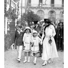 /09/1918 SAN SEBASTIAN. FESTIVAL PATROCINADO POR S.M. LA REINA DOÑA MARÍA CRISTINA. S.M. LA REINA DOÑA VICTORIA, CON SUS AUGUSTOS HIJOS, AL ENTRAR AL GRAN CASINO PARA ASISTIR A LA TÓMBOLA A BENEFICIO DE LA CRUZ ROJA ESPAÑOLA: Descarga y compra fotografías históricas en | abcfoto.abc.es