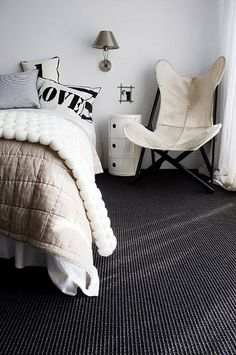 Black carpet combined with whites and neutrals. Lovely.
