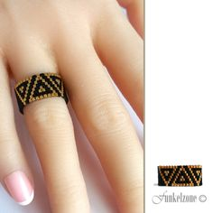 Peyotering, wide, rings, ring with Miyuki Delica's gold plated/triangle black finger ring design - Natalia Sanhueza - Free Bead Jewellery, Beaded Jewelry, Jewelry Rings, Bracelet Patterns, Beading Patterns, Ring Designs, Tutorial Anillo, Bead Loom Bracelets, Bracelets
